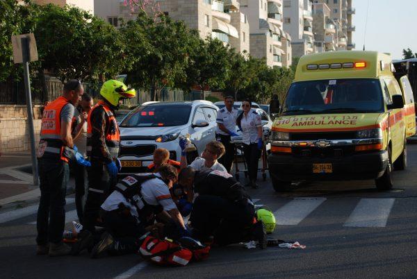 """צוותי מד""""א מטפלים בפצועה. צילום: אלירם משה"""