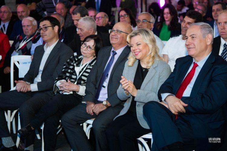 """פרופ' חזי לוי עם המנכ""""ל בר סימן טוב וראש הממשלה. צילום: אורי קריספין"""