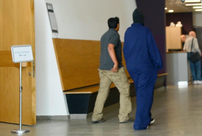 אחת העוקבות יוצאת מבית המשפט. צילום: עזריאל משה