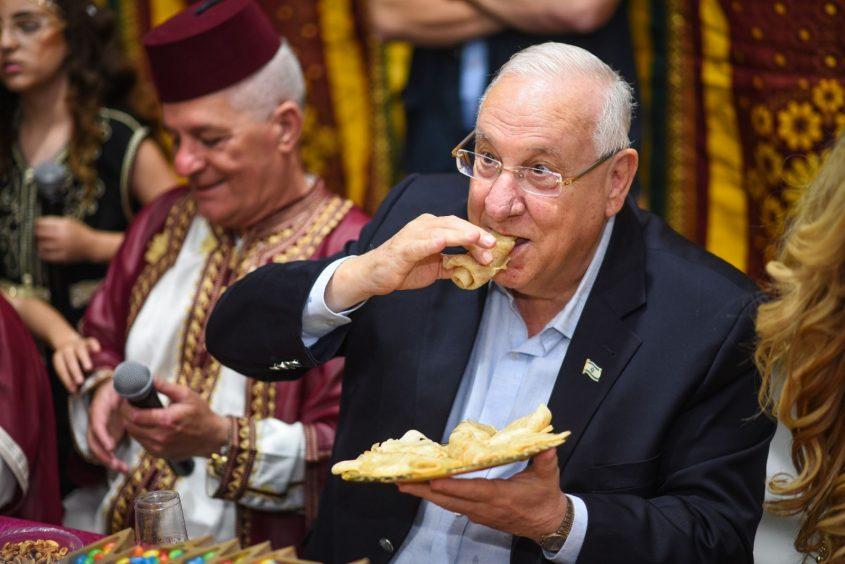 הנשיא ריבלין אוכל מופלטה באשקלון. צילום: מתן נעים