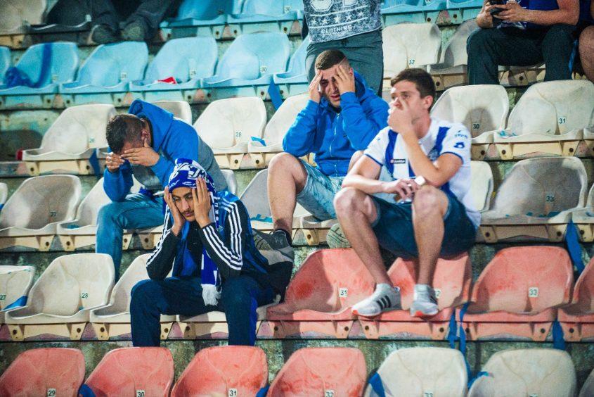 אוהדי הפועל אשקלון תופסים את הראש עם הירידה לליגה הלאומית. צילום: אורי קריספין