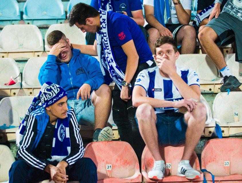 אוהדי הפועל אשקלון בוכים על הירידה לליגה הלאומית. צילום: אורי קריספין