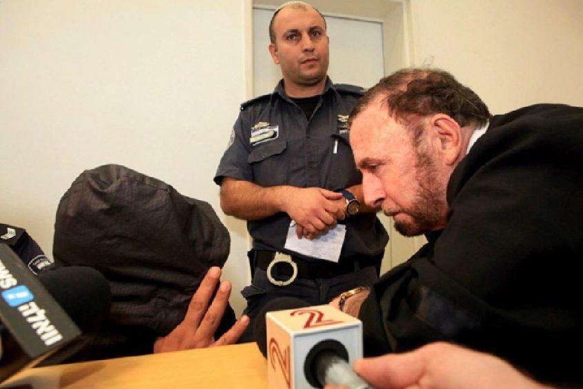 עורך דין משה מרוז והנאשם אבו עצא. צילום אליהו הרשקוביץ