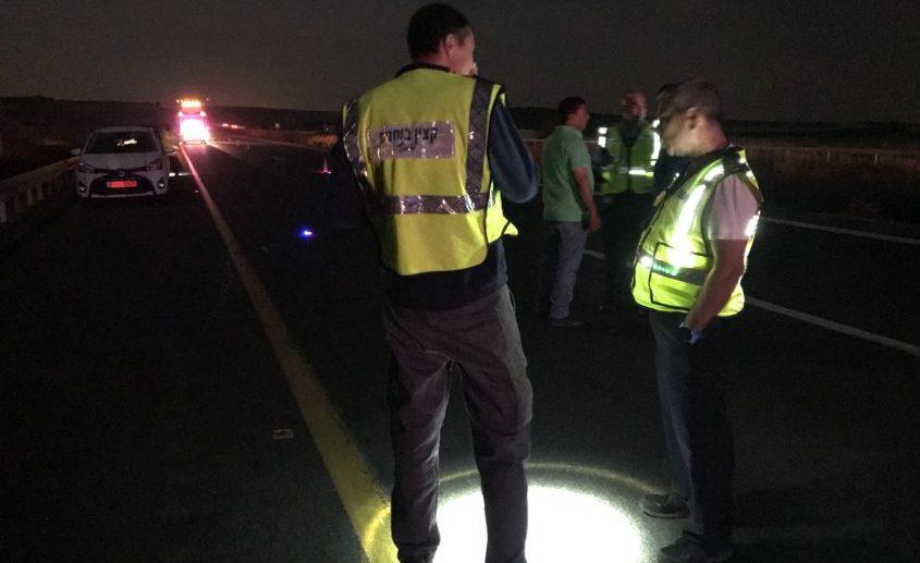 שוטרים משטרה בכביש תאונת דרכים בוחני תנועה. דוברות המשטרה