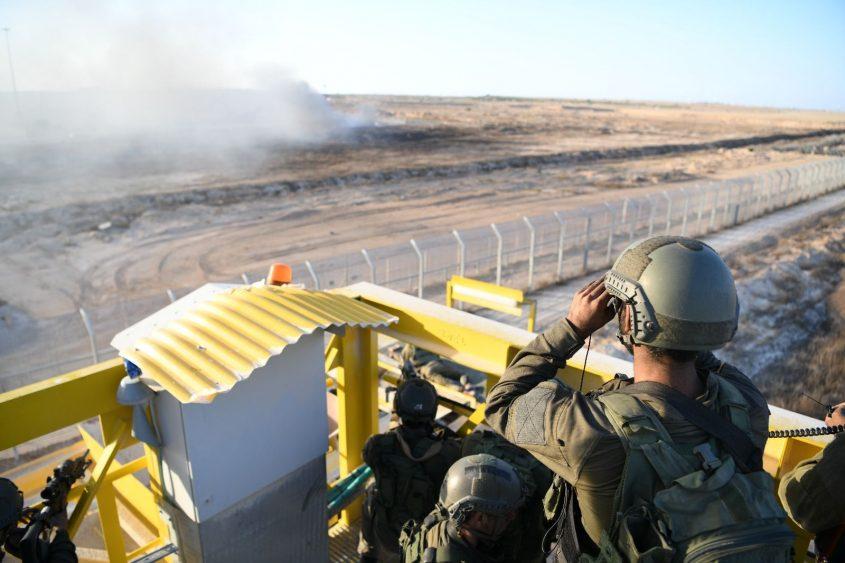 """חיילי צה""""ל על גבול הרצועה. צילום: דו""""צ"""