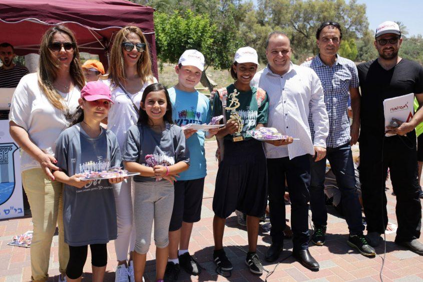 התלמידים הזוכים עם ראש העירייה בפועל, עם המורה מיכל רביב וחברת המועצה מיריי אלטיט. צילום: אלדד עובדיה