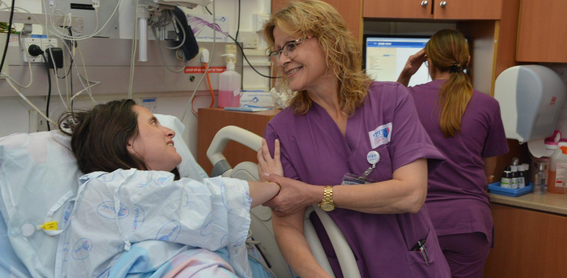 המיילדת שוש שלום עם אחת היולדות. צילום: דוד אביעוז, צילום רפואי ברזילי