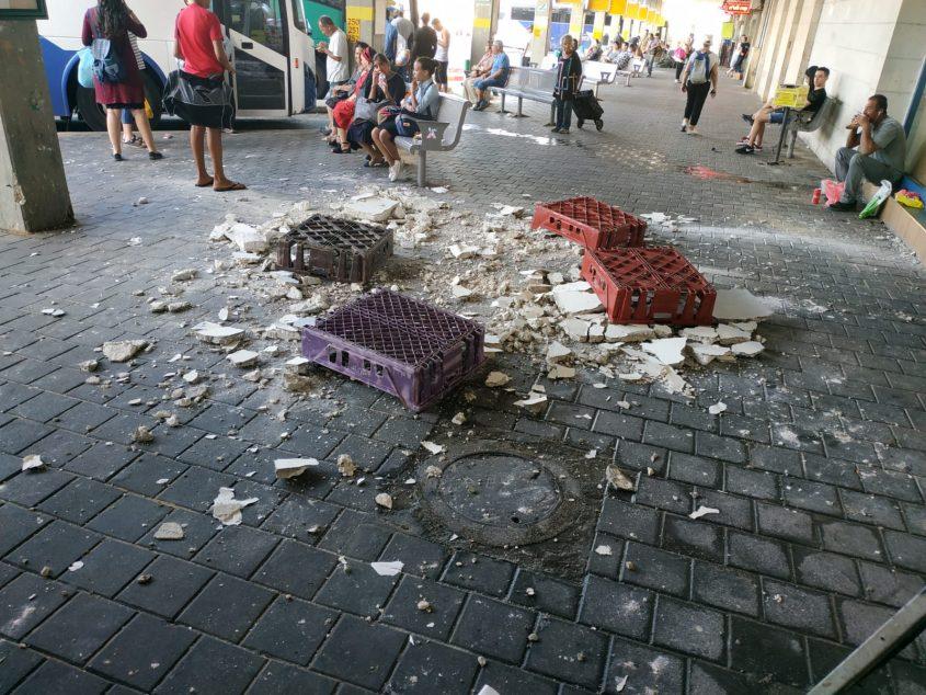 חלקי התקרה שהתנפצו על הקרקע התחנה