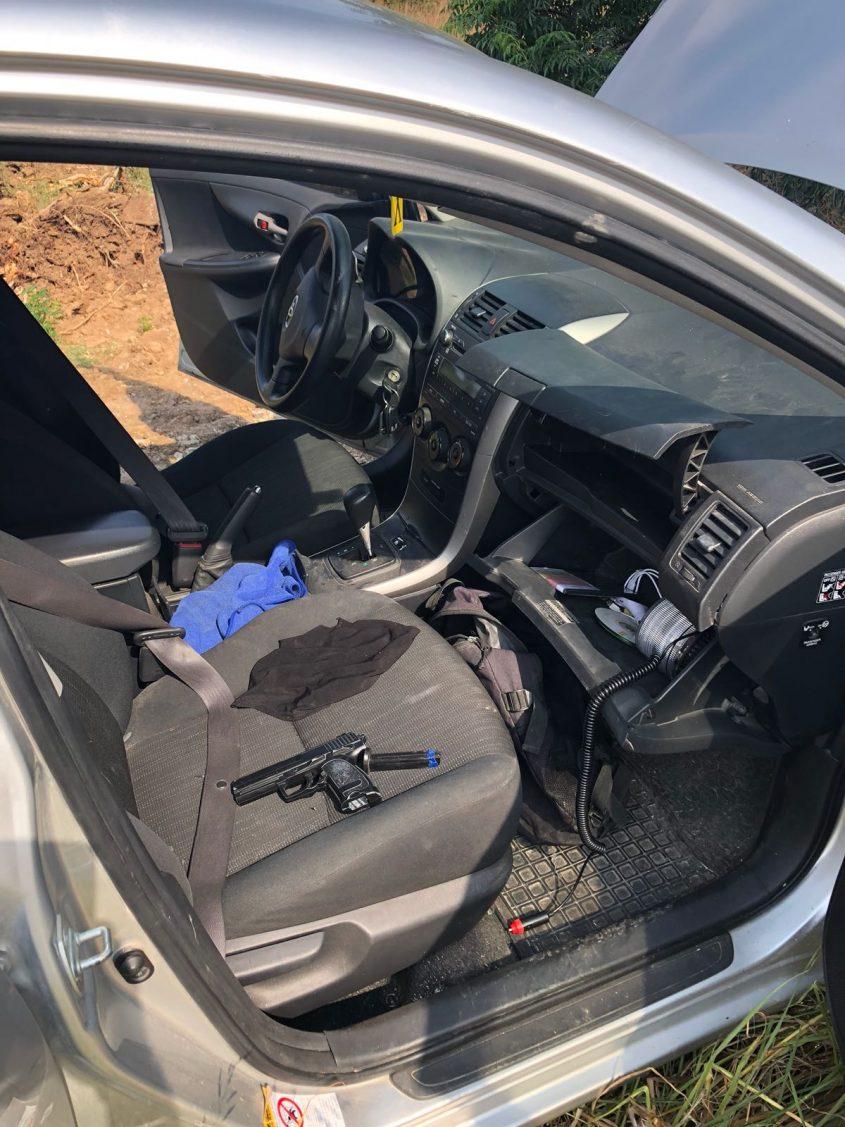כלי נשק בתוך הרכב של החשודים במעשים. צילום: דוברות המשטרה
