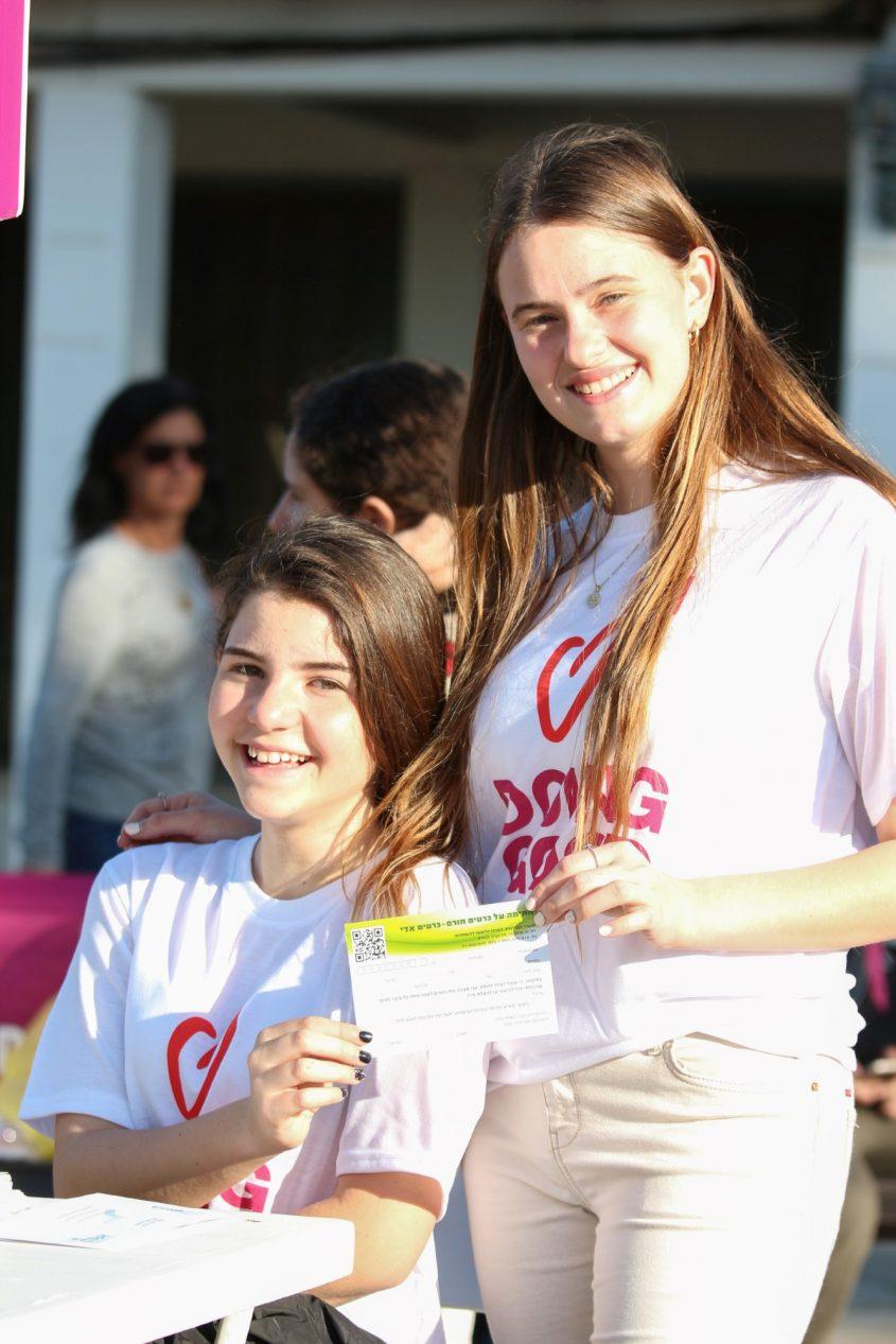 נערה מתנדבת עם תלמידי יסודי. צילום: סיוון מטודי