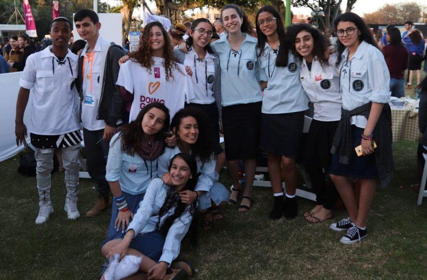 חברי תנועת הנוער בני עקיבא ביום מעשים טובים. צילום: סיוון מטודי