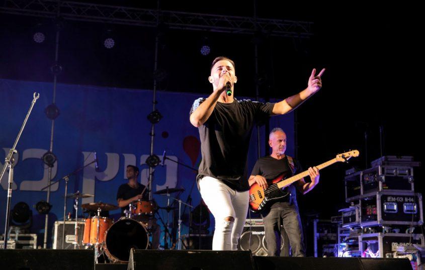 עדן חסון בהופעה באשקלון. צילום: סיוון מטודי