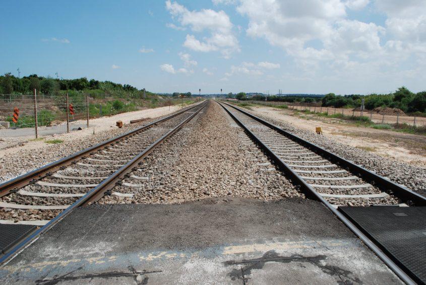 פסי רכבת מסילה מפגש פריאור. צילום: אלירם משה