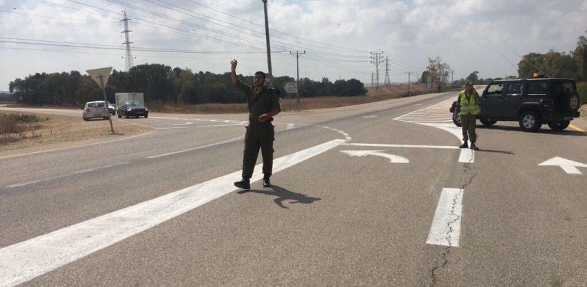 חיילים חוסמים את הגישה לנחל עוז בגלל הסכנה לפגיעת טיל במכוניות