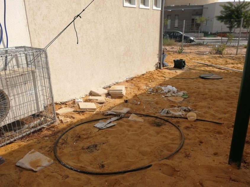 שאריות פסולת בניין בחצר הגן. צילום: ההורים