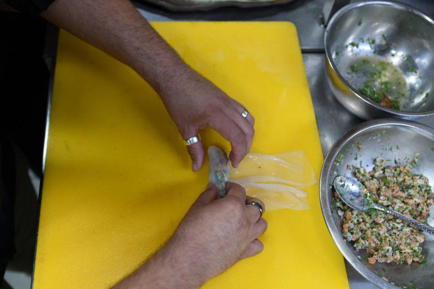אוכל מתכונים בישול ספרינג רול קייצי במילוי סביצה של סלמון ומוסר ים. צילום: עדי תשובה