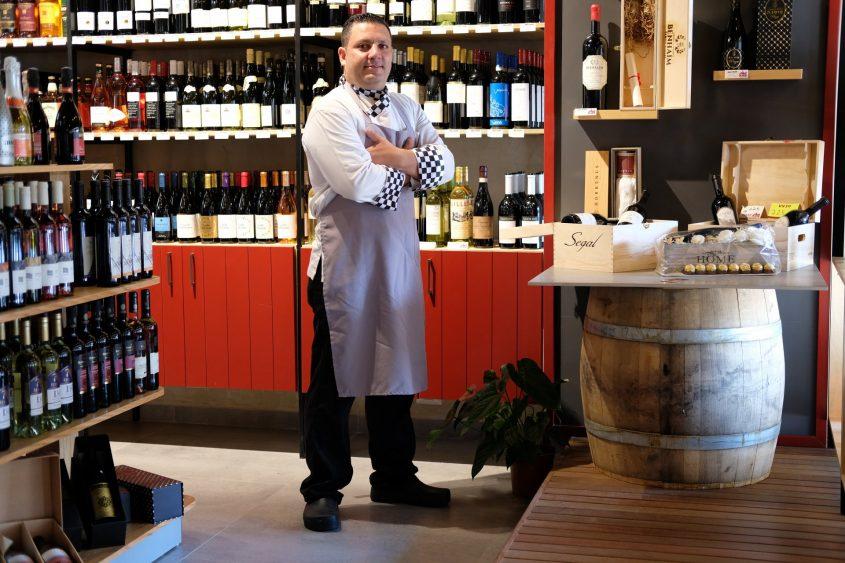 """מיקי סויסה בחנות """"יין בעיר"""". צילום: עדי תשובה"""