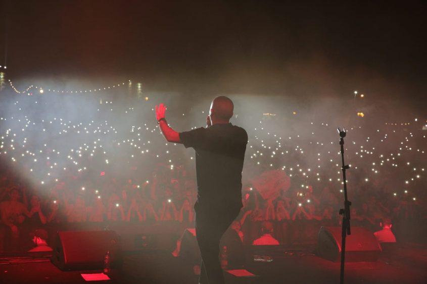 עומר אדם זמר הופעה קהל פסטיבל דרום עולה 2018. צילום: אדי ישראל