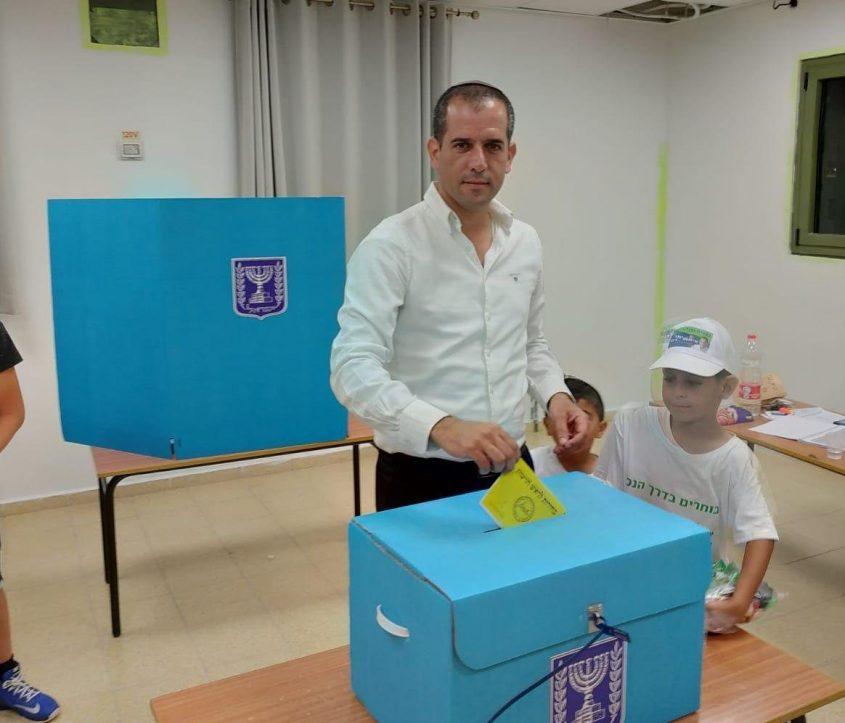 איתמר רביבו מצביע בקלפי בבאר גנים מקום מגוריו