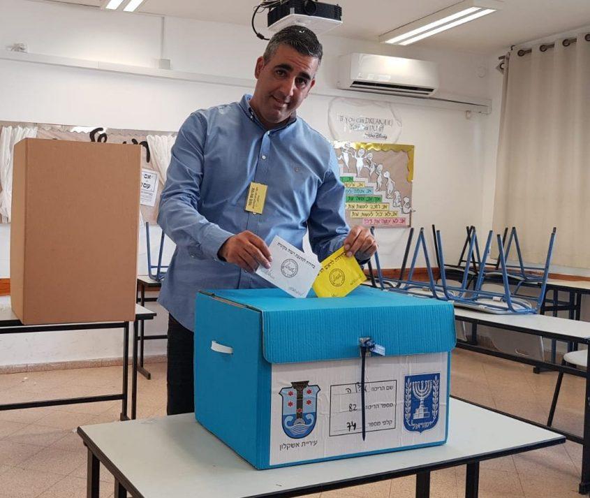 המועמד משה אטיאס בקלפי הבחירות 2018