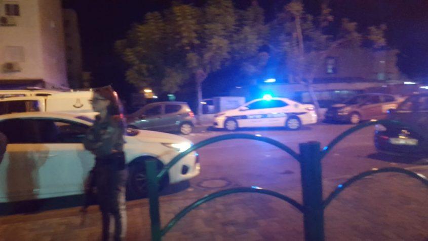 ניידת משטרה מחוץ לקלפי