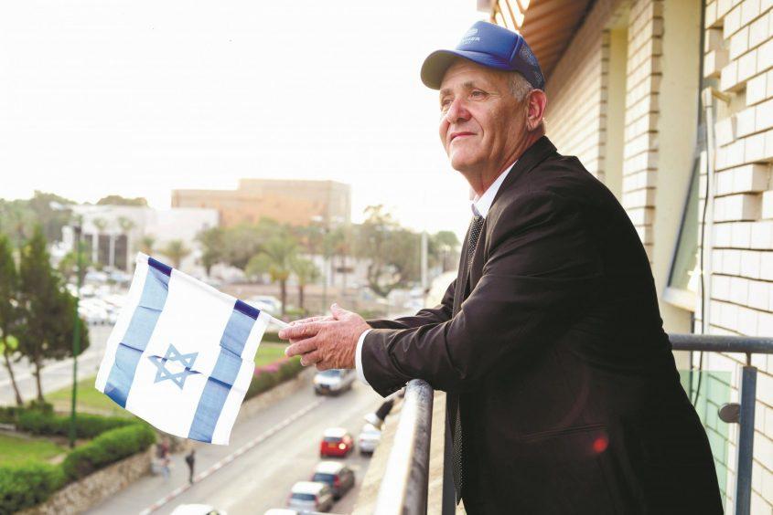 רמי סופר במרפסת הקומה הרביעית בבניין העירייה. צילום: אורי קריספין