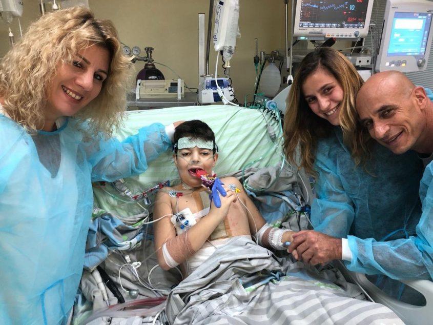 מיכאל כהנא עם אחותו והוריו לאחר הניתוח. צילום: דוברות מרכז שניידר לרפואת ילדים