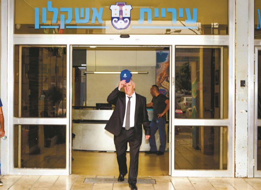 רמי סופר בפתח בניין העירייה כולל הכובע