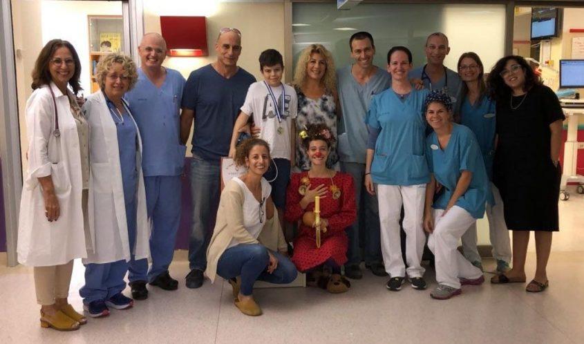 הצוות הרפואי עם מיכאל. צילום: דוברות מרכז שניידר לרפואת ילדים