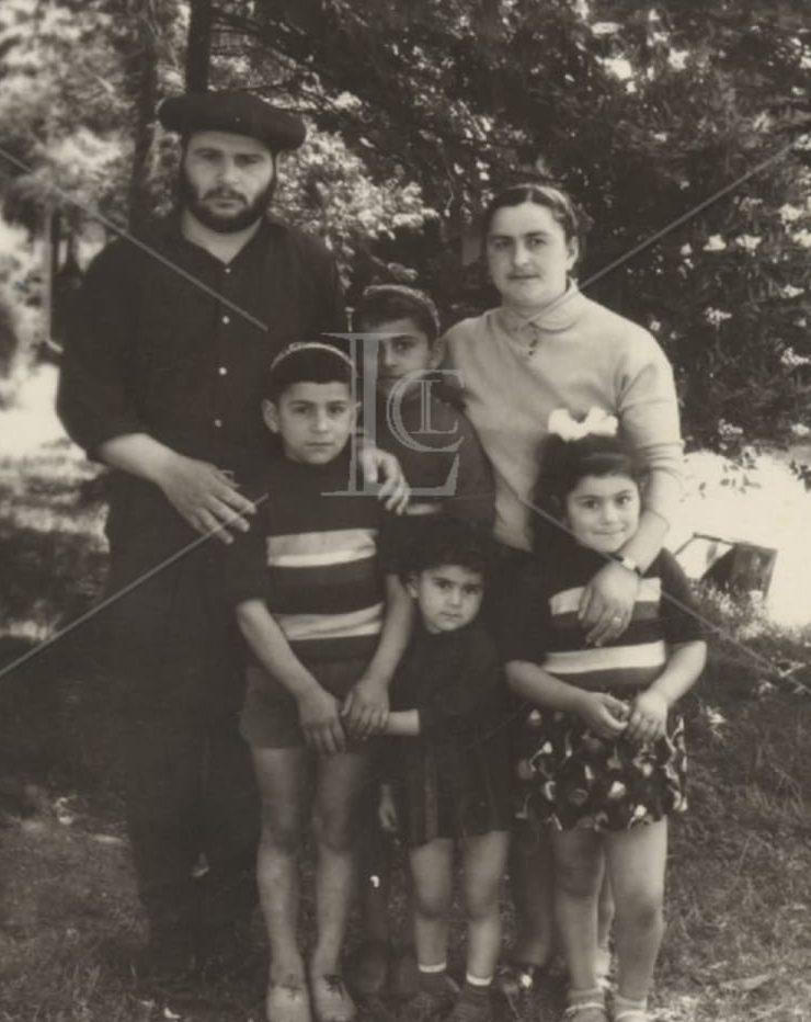 מזור בילדותו עם משפחותו. צילום מתוך האלבום המשפחתי