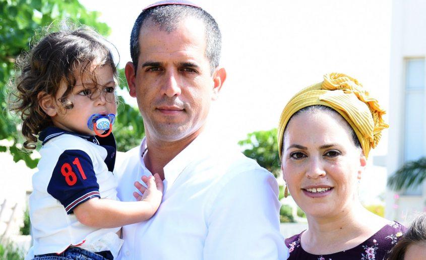 קרן ואיתמר רביבו עם בנם אחיה. צילום: מיכאל אפריאט