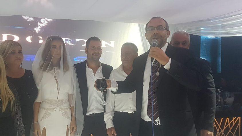 הרב אביטן מקדש את הזוג
