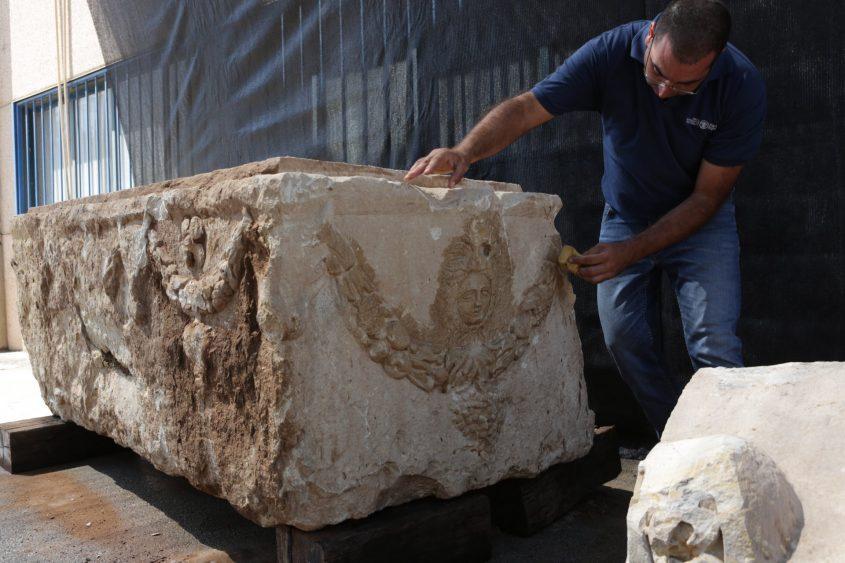 גילוי ארון קבורה באשקלון. צילום: אוליבייה פיטוסי