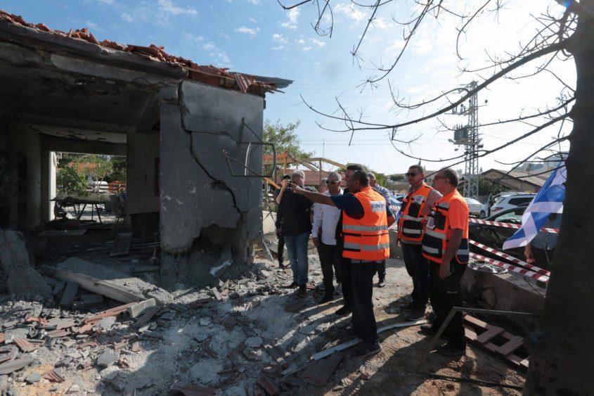 נזקים מנפילות הטילים ברחבי העיר. צילום: דוברות העירייה