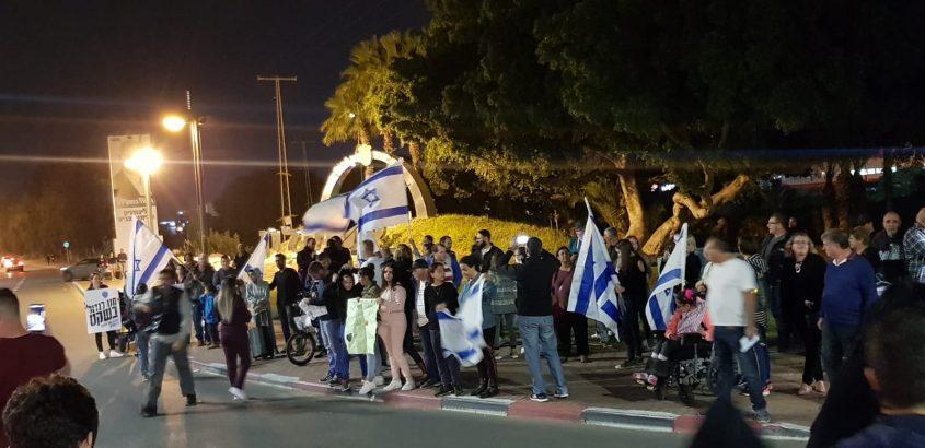 מפגינים בצומת אשקלון. צילום: אורית מליחי