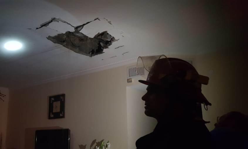 """הנזק בתקרת הדירה. צילום: אלי כהן, דובר כב""""ה מחוז דרום"""