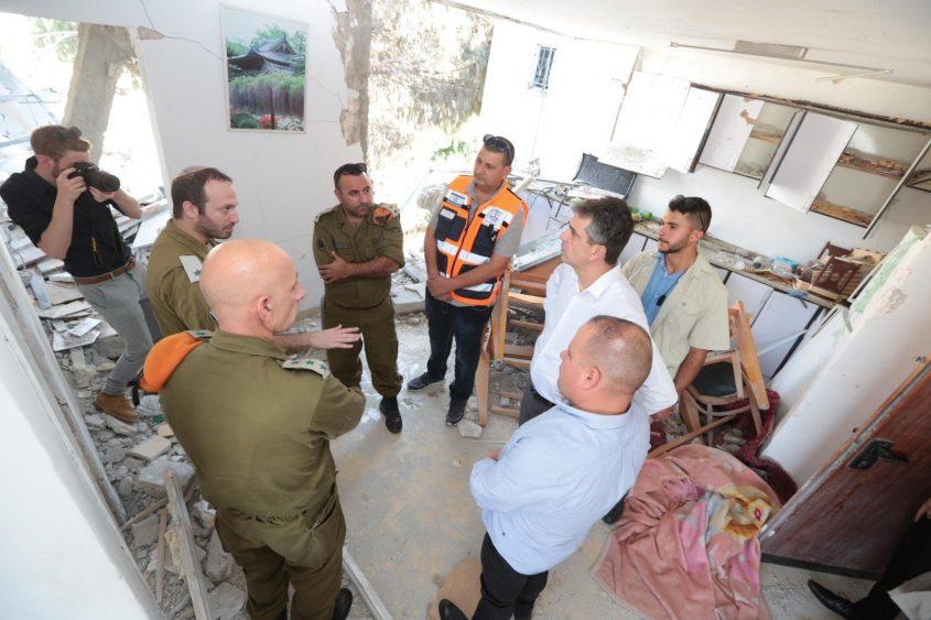 השר אלי כהן עם גלאם וקציני הצבא. צילום: דוברות העירייה