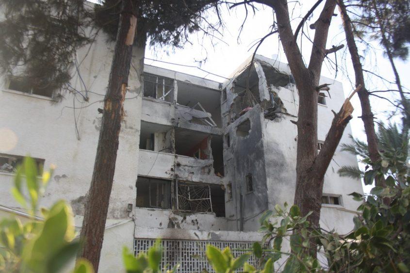 הבניין שחטף את הפגיעה הישירה בממנה נהרג אדם באשקלון