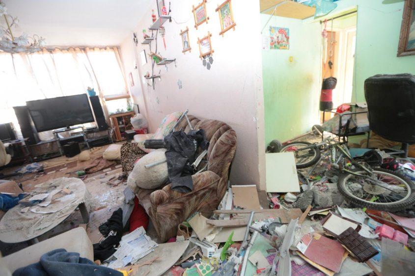 הרב רב באחד מהביתם שספג פגיעה ישירה. צילום: דוברות העירייה