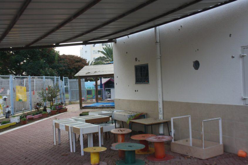 רסס בחצר גן ילדים בנווה הדרים