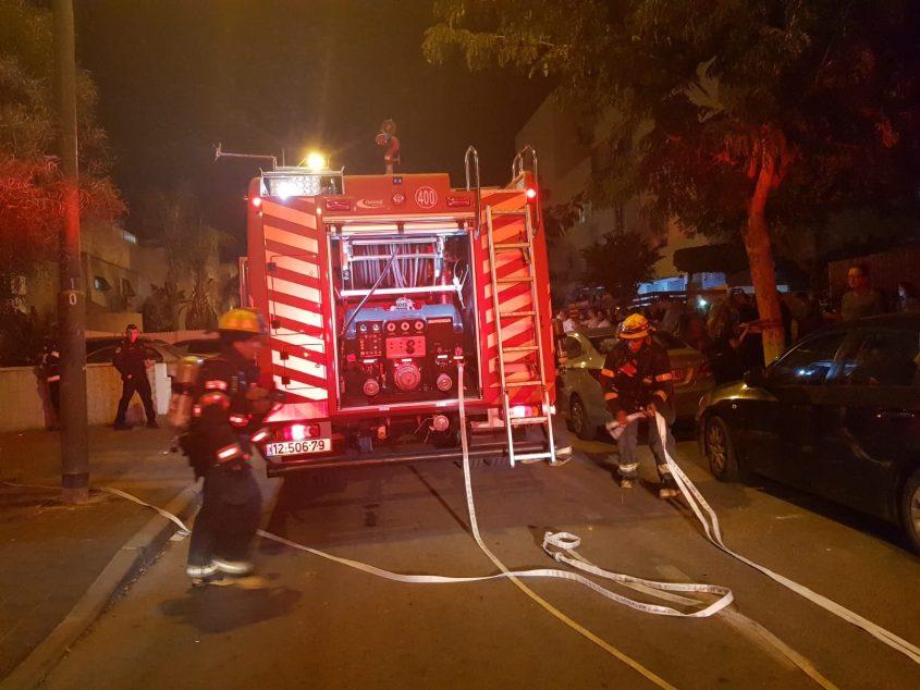 """צוותי כיבוי אש שנמצאים במקום הנפילה. צילום: דוברות כב""""ה דרום"""