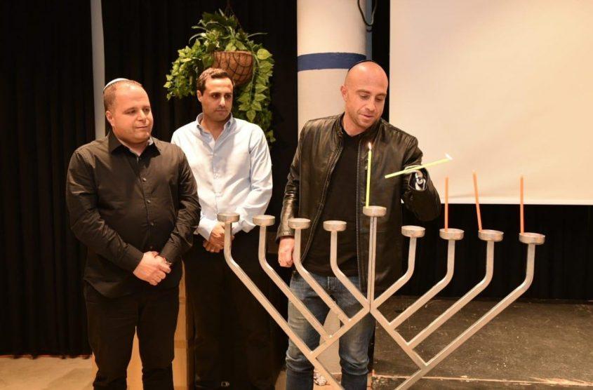 """זיו שילון מדליק את נרות החנוכיה עם עו""""ד אלעד דנוך וראש העיר, תומר גלאם"""