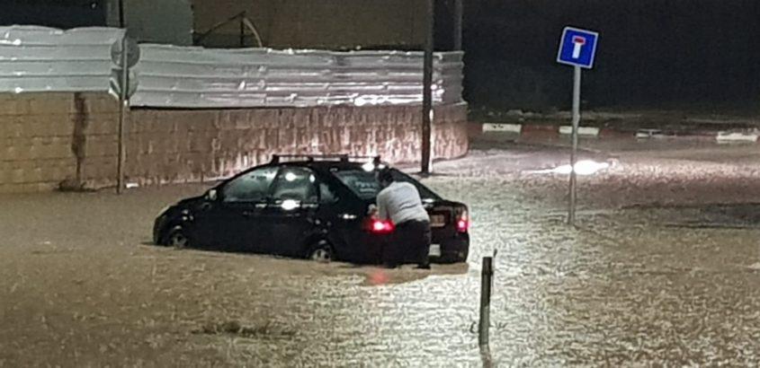 רכב ששקע במים בשכונת אגמים. צילום: גל חזיזה