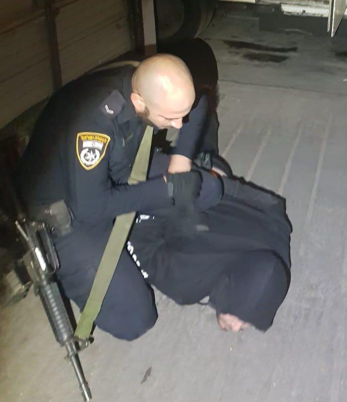 שוטר מעצר חשוד בהתפרצות. צילום: דוברות המשטרה