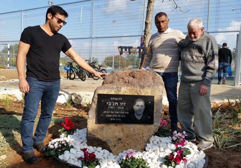 האבא חזי, האח טל והסבא חיים קוטליצקי ליד האנדרטה. צילום: יאיר הרוש