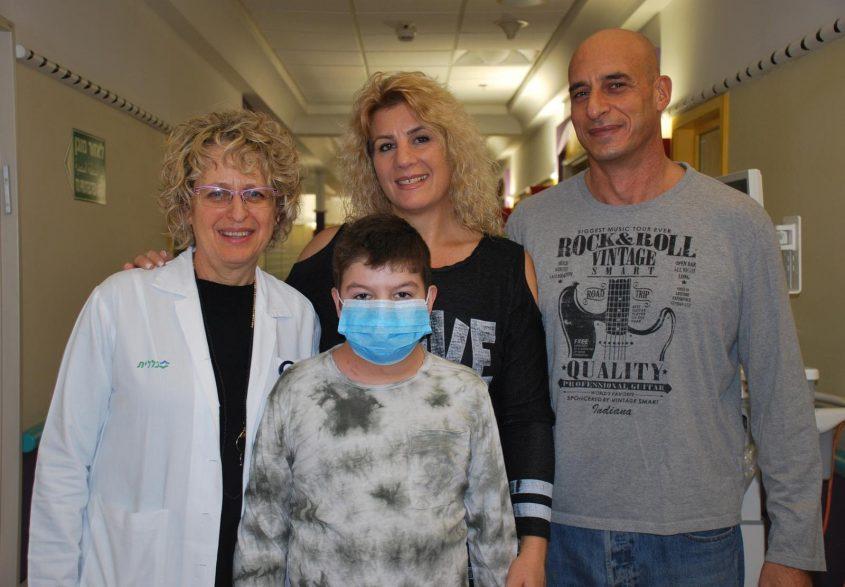 """מיכאל כהנא לאחר השתלת הלב עם הוריו ועם ד""""ר עינת בירק, מנהל מכון הלב. צילום: דוברות שניידר"""