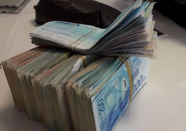 שטרות כסף סטפה הלבנת הון מזומן המחאות צ'קים. אילוסטרציה: דוברות המשטרה