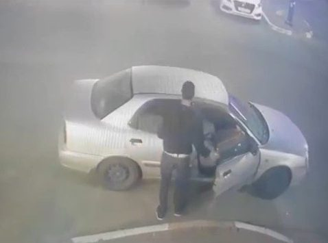 נכנס לרכב בקור רוח וגונב ממנו רכוש