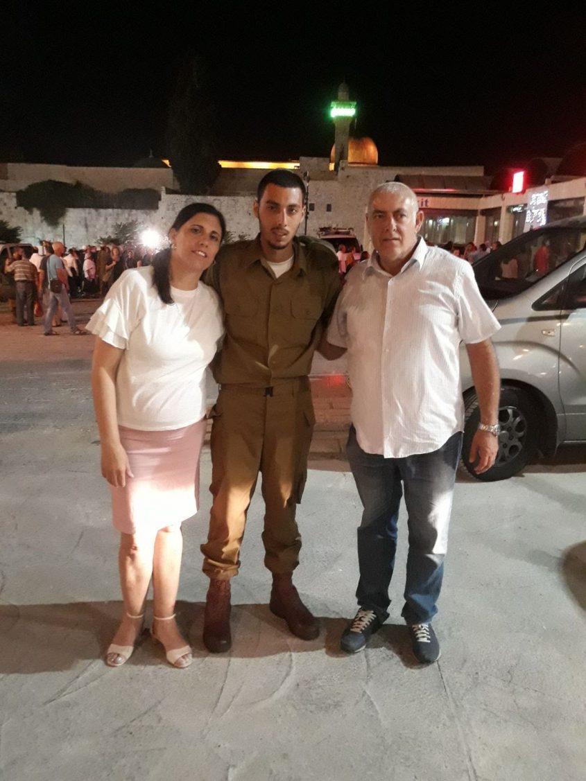 מוטי ואילנית מוריוסף עם בנם יובל ביום ההשבעה