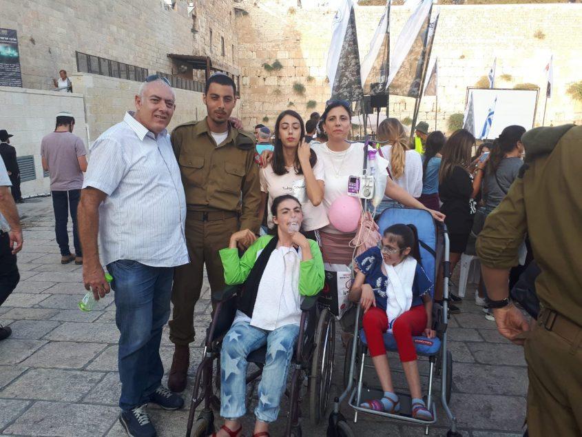 יובל מוריוסף עם בני משפחתו בכותל